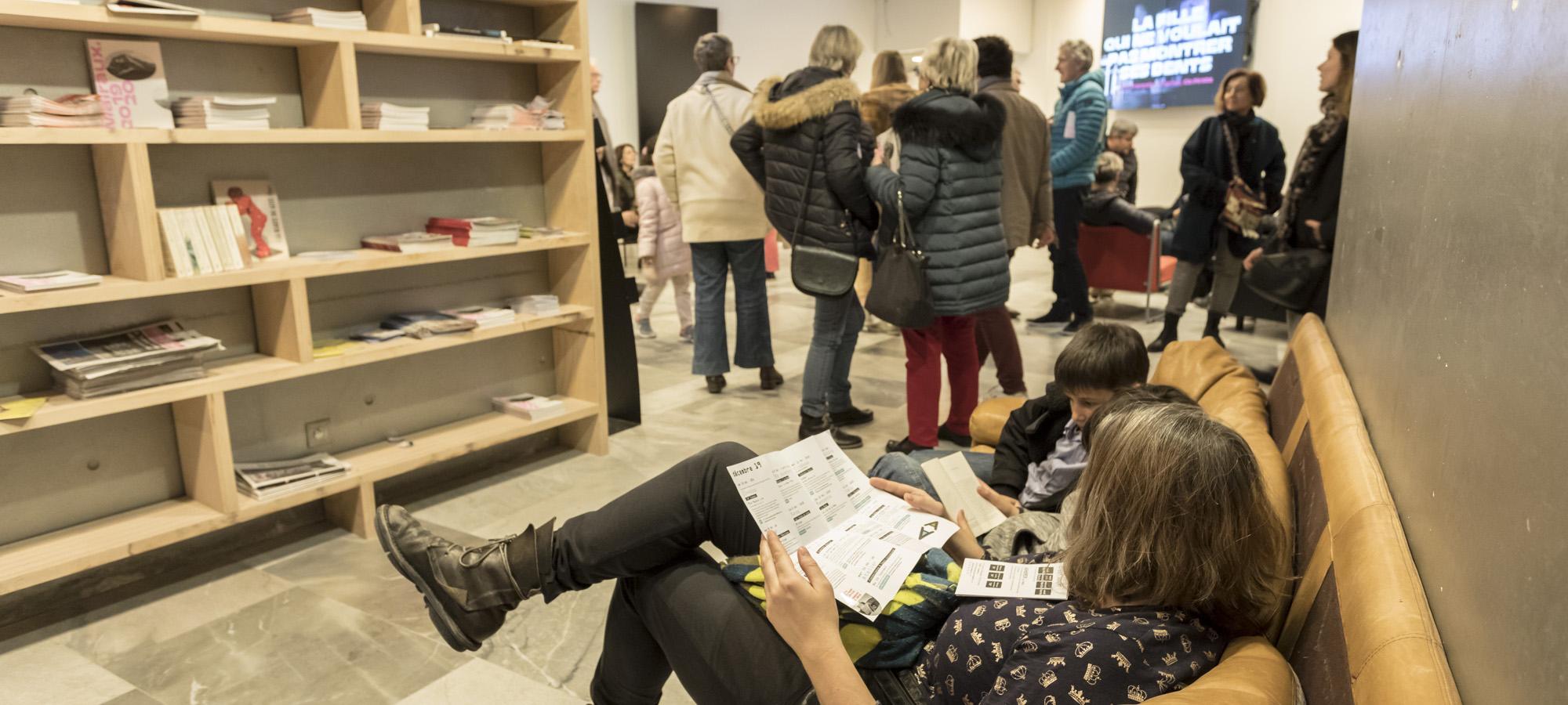 détente canapé bibliothèque foule